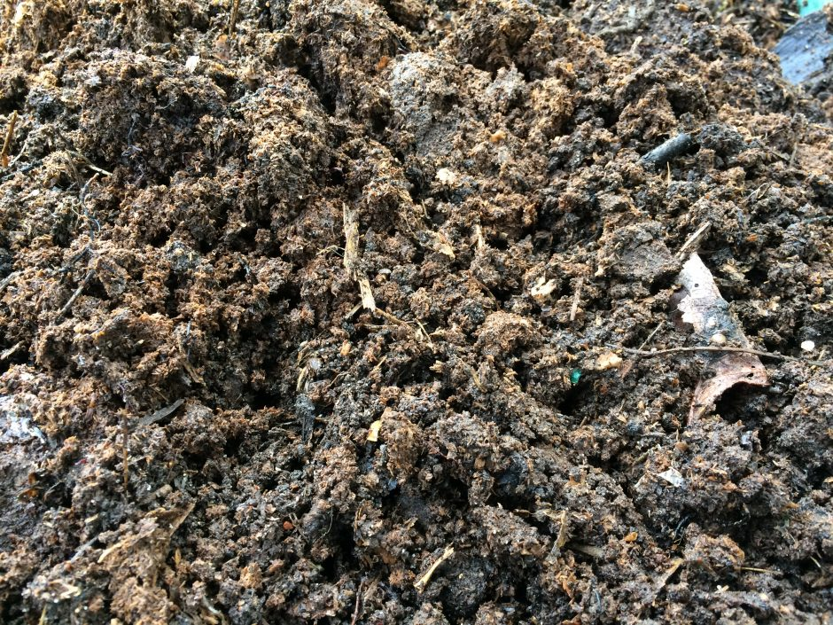 Rijpe compost is rul en donkerbruin van kleur